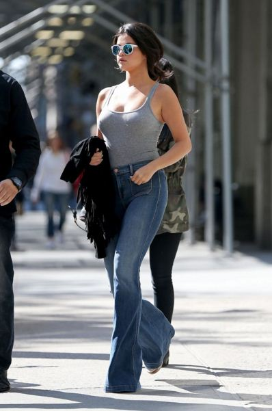 selena-gomez-street-style-hot-grey-tank-top-jeans-blue-sunglasses