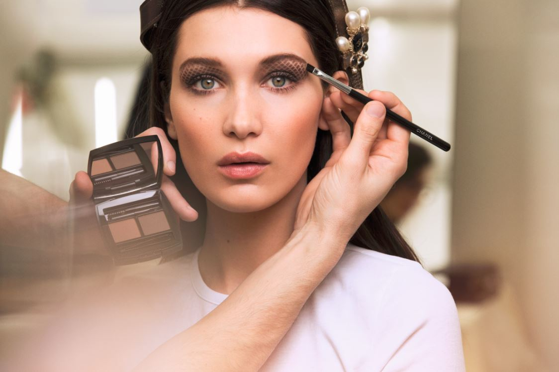 bella-hadid-chanel-makeup-fall-winter-2016-rtw-fashion-show-backstage-beauty-eyeshadow-eye