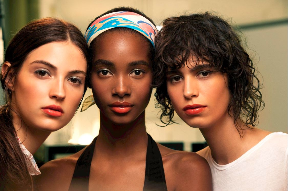 chanel-cruise-2016-17-collection-fashion-show-backstage-beauty-makeup-models-natural-no-makeup-lipstick