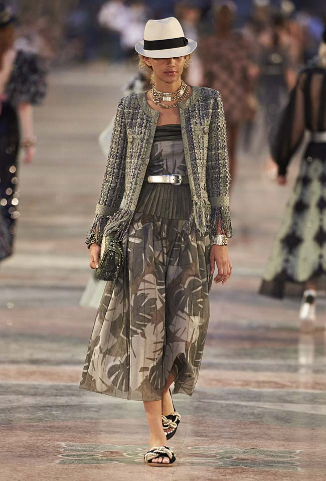 chanel-cruise-collection-fashion-show-2016-16-colorful-dresses-outfit (17)