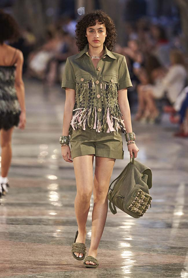 chanel-cruise-collection-fashion-show-2016-16-colorful-dresses-outfit (18)