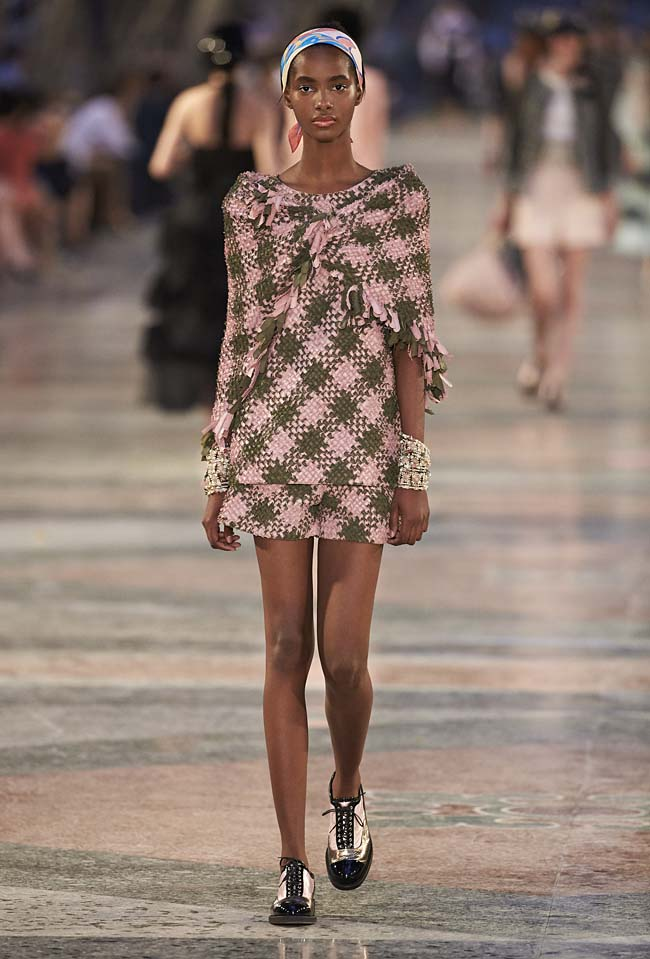 chanel-cruise-collection-fashion-show-2016-16-colorful-dresses-outfit (19)