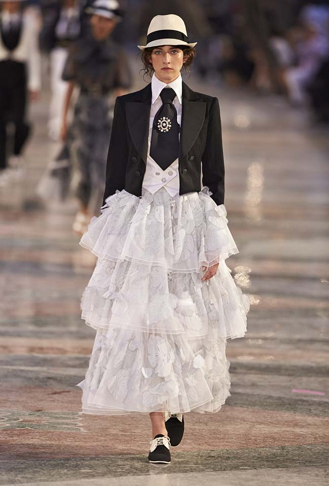 chanel-cruise-collection-fashion-show-2016-16-colorful-dresses-outfit (2)