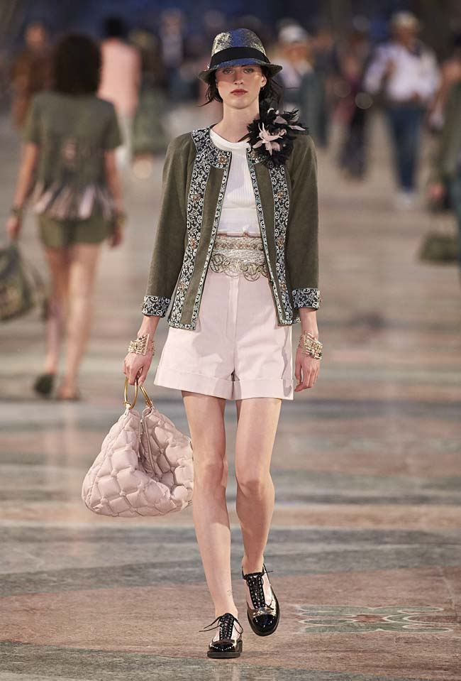 chanel-cruise-collection-fashion-show-2016-16-colorful-dresses-outfit (20)