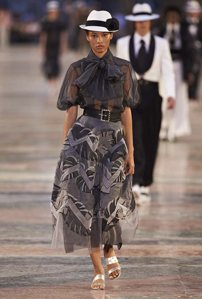 chanel-cruise-collection-fashion-show-2016-16-colorful-dresses-outfit (3)