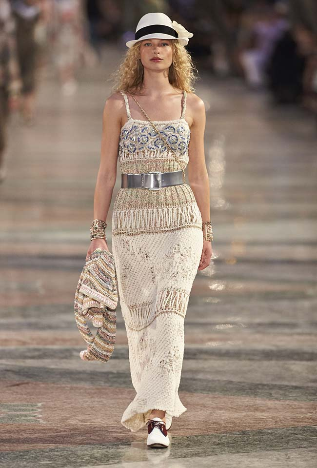 chanel-cruise-collection-fashion-show-2016-16-colorful-dresses-outfit (34)