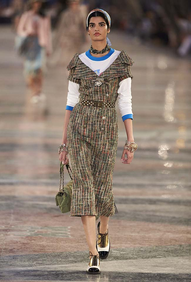 chanel-cruise-collection-fashion-show-2016-16-colorful-dresses-outfit (36)