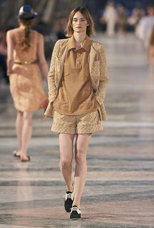 chanel-cruise-collection-fashion-show-2016-16-colorful-dresses-outfit (49)