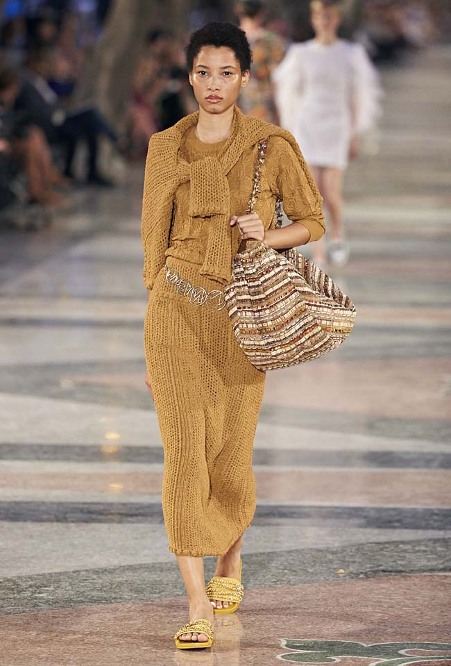 chanel-cruise-collection-fashion-show-2016-16-colorful-dresses-outfit (51)