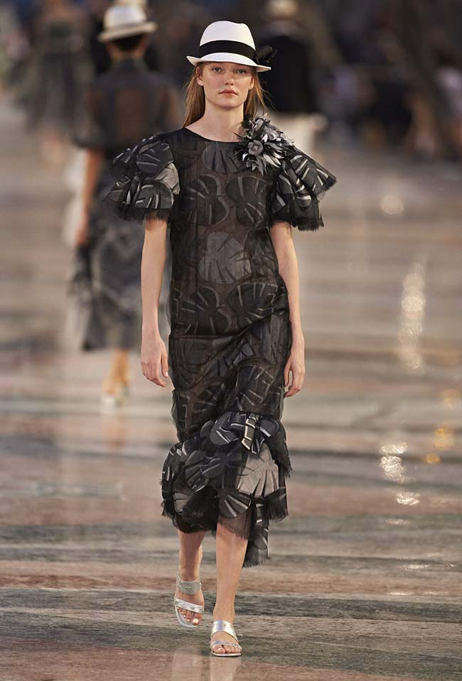 chanel-cruise-collection-fashion-show-2016-16-colorful-dresses-outfit (7)