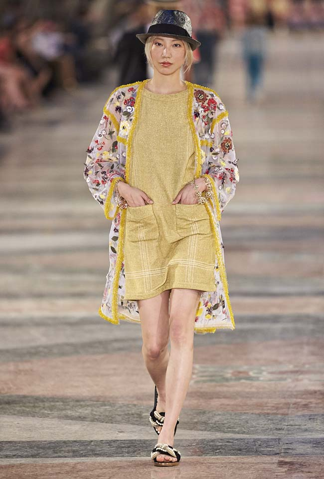 chanel-cruise-collection-fashion-show-2016-16-colorful-dresses-outfit (74)