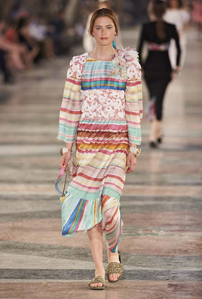 chanel-cruise-collection-fashion-show-2016-16-colorful-dresses-outfit (75)