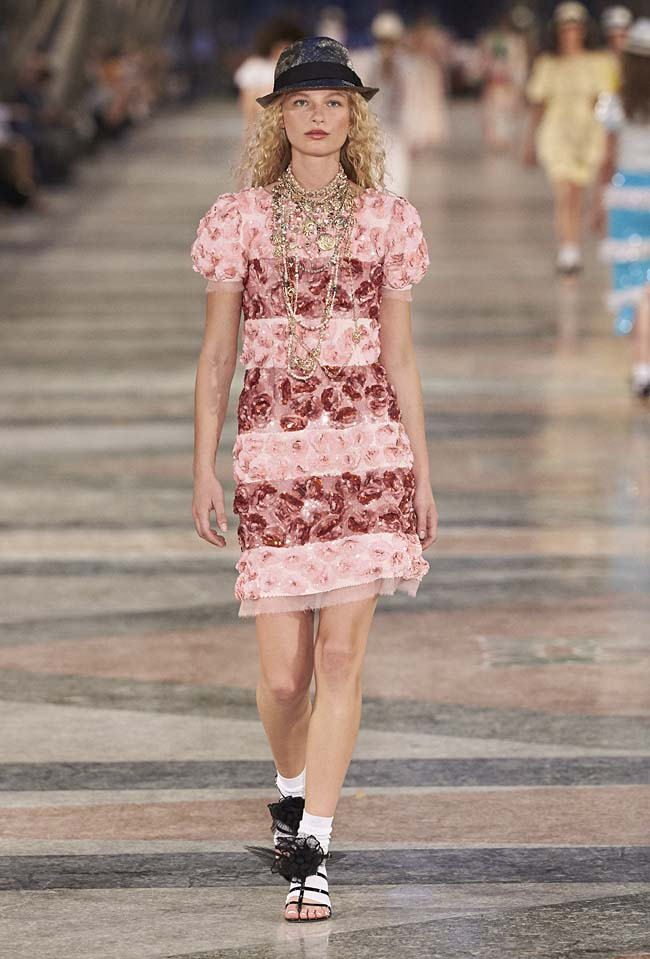 chanel-cruise-collection-fashion-show-2016-16-colorful-dresses-outfit (81)