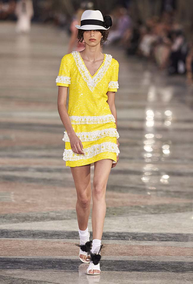 chanel-cruise-collection-fashion-show-2016-16-colorful-dresses-outfit (86)-yellow