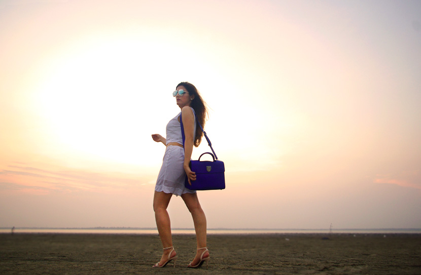 shilpa-ahuja-diorever-bag-blue-dior-street-style-casual-white-outfit-fashion-wear