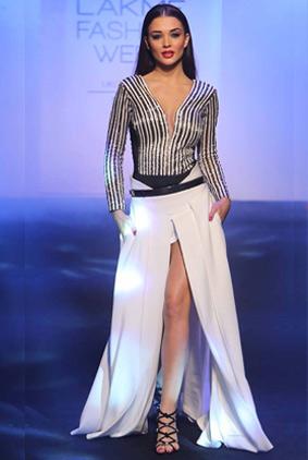 amy-jackson-show-stopper-karn-malhotra-lakme-fashion-week-2016-lfw-white-stripes-designs
