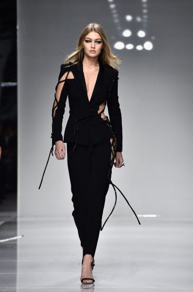 gigi-hadid-versace-tux-formal-look-outfit-loose-pants-how-to-wear-tuxedo-ladies