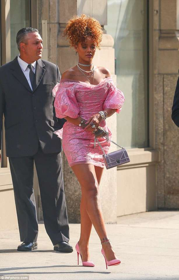 how-to-wear-off-shoulder-dress-rihanna-pink-party