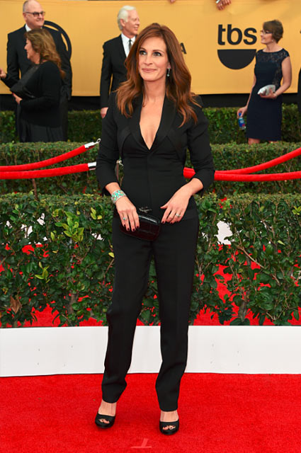julia-roberts-formal-look-outfit-fitted-black-tux-classic-sexy