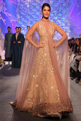manish-malhotra-jacqueline-fernandez-show-stopper-lakme-fashion-week-cape-indian-lehenga-2016