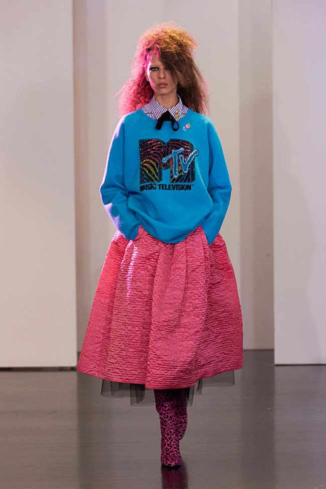 marc-jacobs-resort-2017-collection-pattern-dress-outfits (41)-pink-skirt-oversized-mtv-shirt