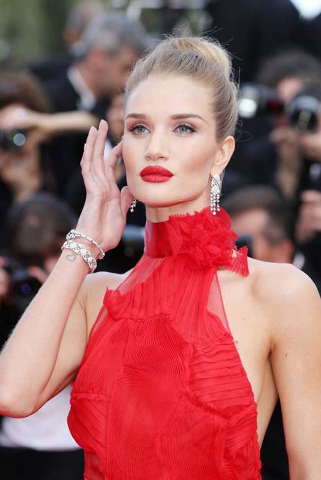 rosie-huntington-whiteley-cannes-film-festival-makeup-red-lipstick-smokey-eye-hairstyle-earrings