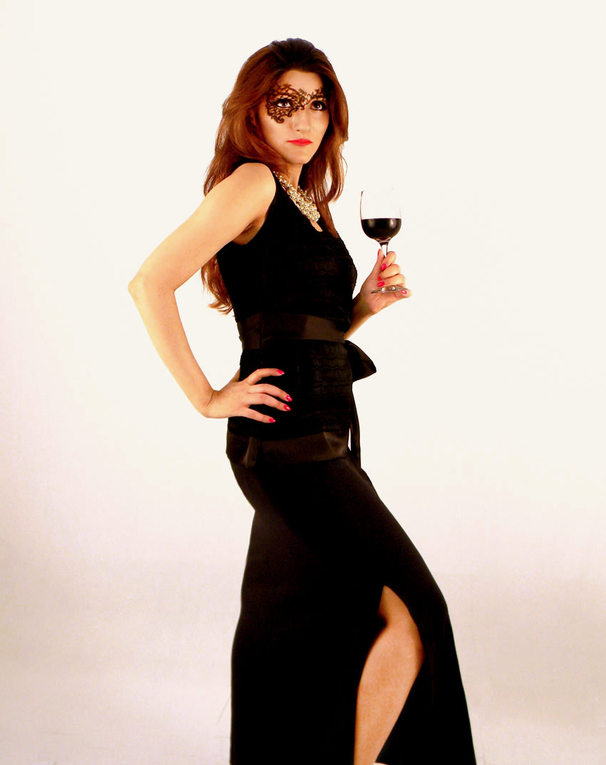 shilpa-ahuja-classy-black-gown-slit-wine-pose-photography-party-makeup