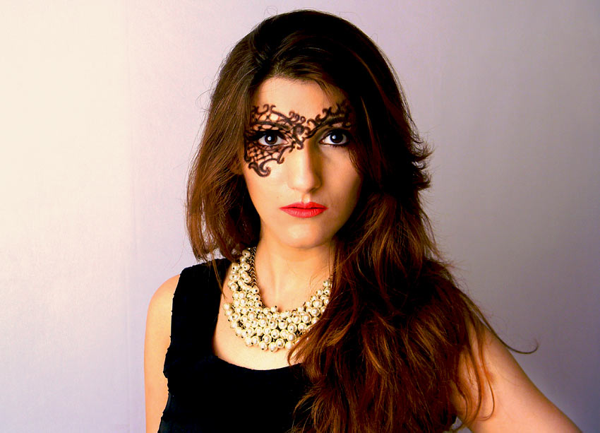 shilpa-ahuja-indian-girl-different-unique-party-makeup-pearl-necklace-black-red-lipstick-eyeliner