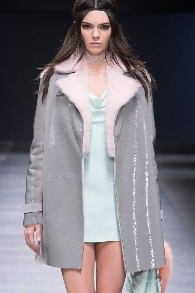 versace-kendall-jenner-fur-leatherl-buttonless-coat-fw16-fall-winter-2016-latest-fashion-trends