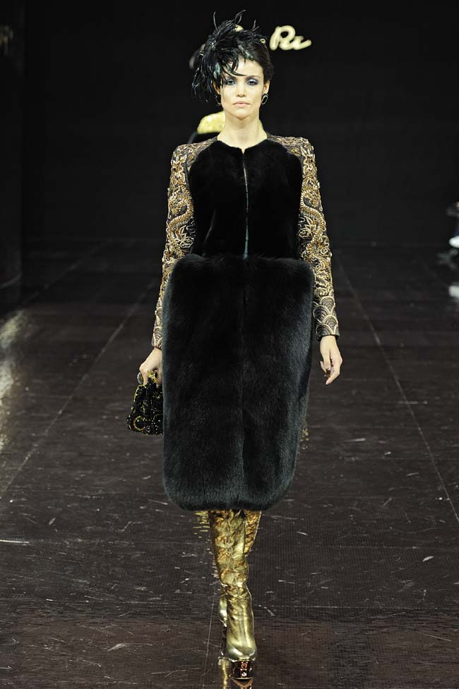 30-guo-pei-fw16-haute-couture-black-velvet-dress-sleeves-hairstyle-gold-boots-fall-winter-2016-17