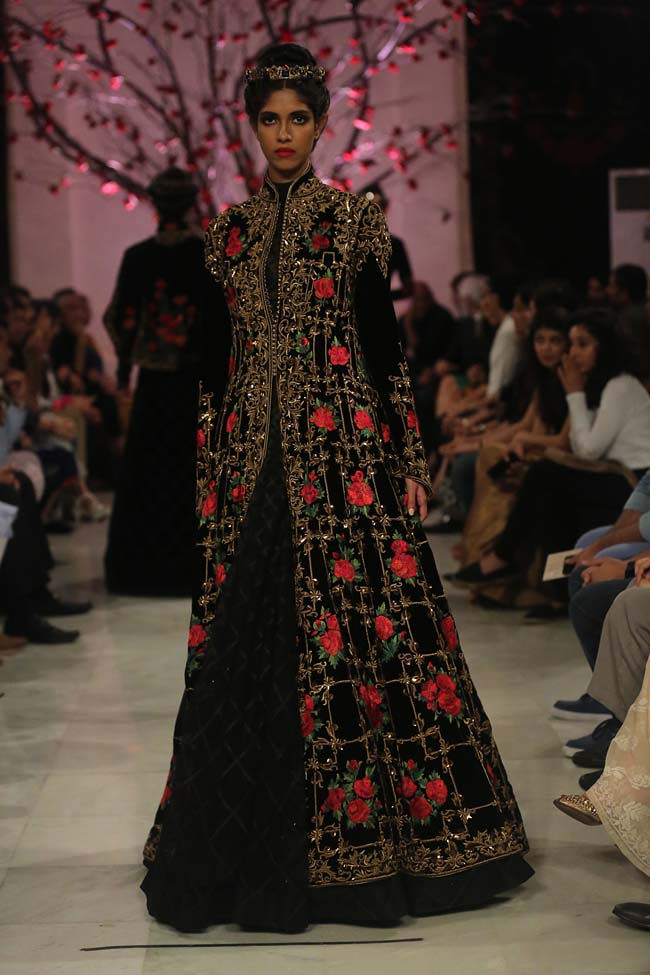 Rohit-Bal-India-Couture-Week-2016-collection-designer-dresses (8)-gown-embroidery