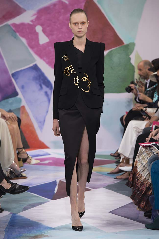 Schiaparelli_haute-couture-fashion-week-fw16-fall-winter-2016-17-collection (1)-black-outfit-face