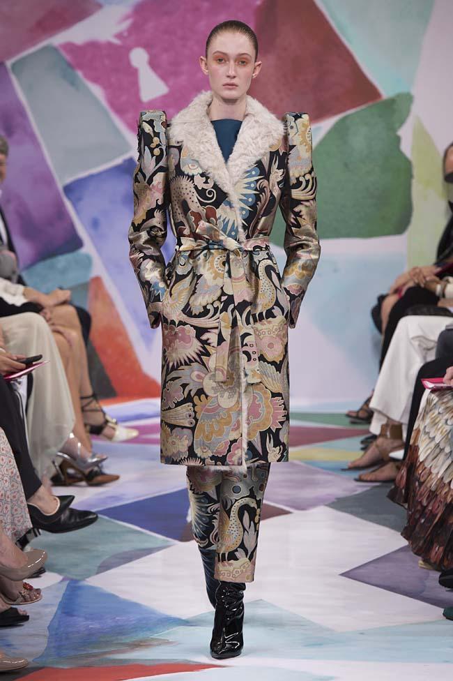 Schiaparelli_haute-couture-fashion-week-fw16-fall-winter-2016-17-collection (13)-fur-collar-dress