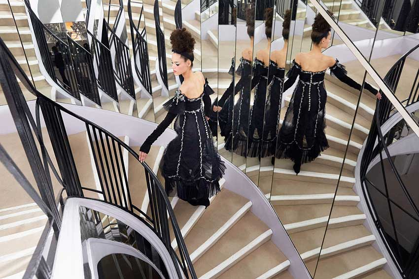 chanel-fall-winter-2016-17-couture-black-outfit-dress-model-mirrors-runway