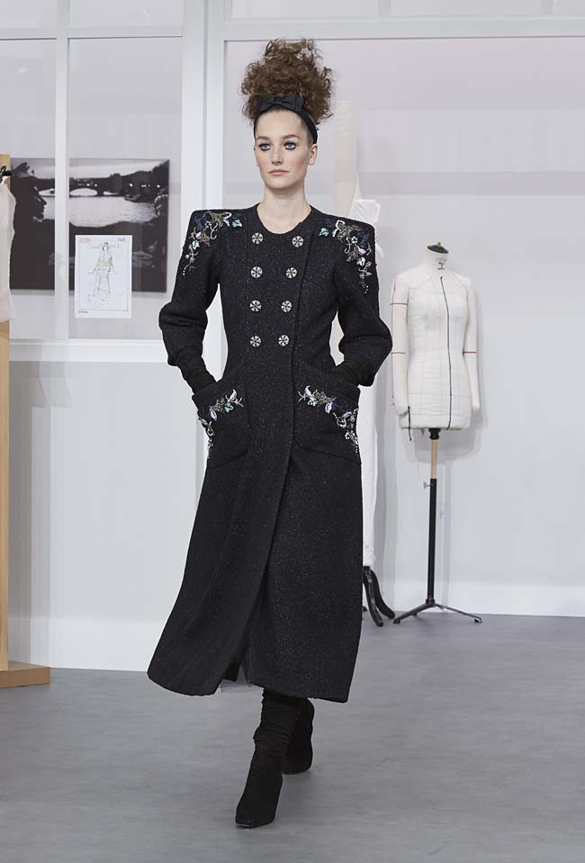 chanel-fall-winter-2016-17-haute-couture-fashion-show-outfit (17)-black-shoulder-pad-dress
