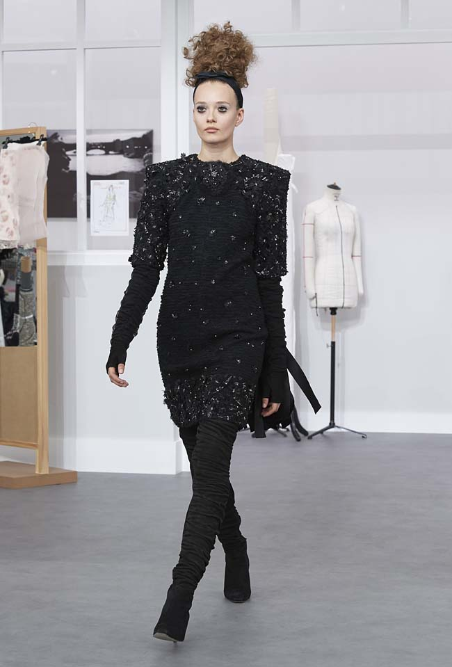 chanel-fall-winter-2016-17-haute-couture-fashion-show-outfit (18)-black-sequin-dress