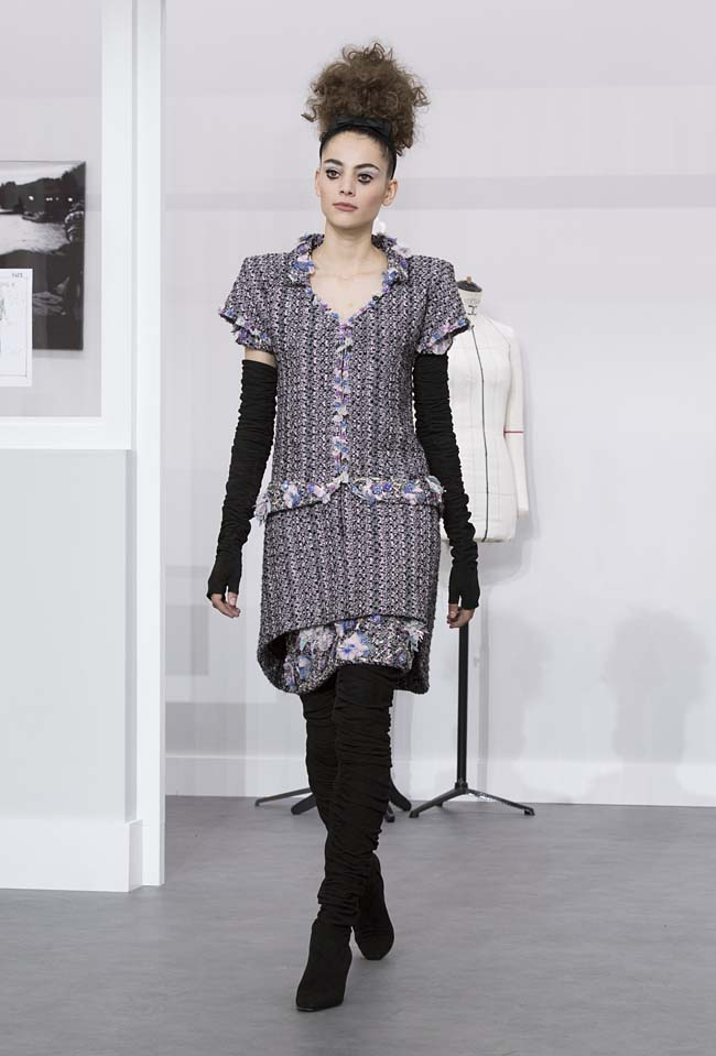 chanel-fall-winter-2016-17-haute-couture-fashion-show-outfit (21)-black-boots-grey-dress