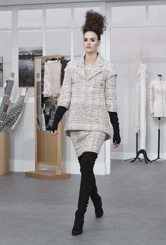 chanel-fall-winter-2016-17-haute-couture-fashion-show-outfit (28)-grey-skirt-hand-warmers