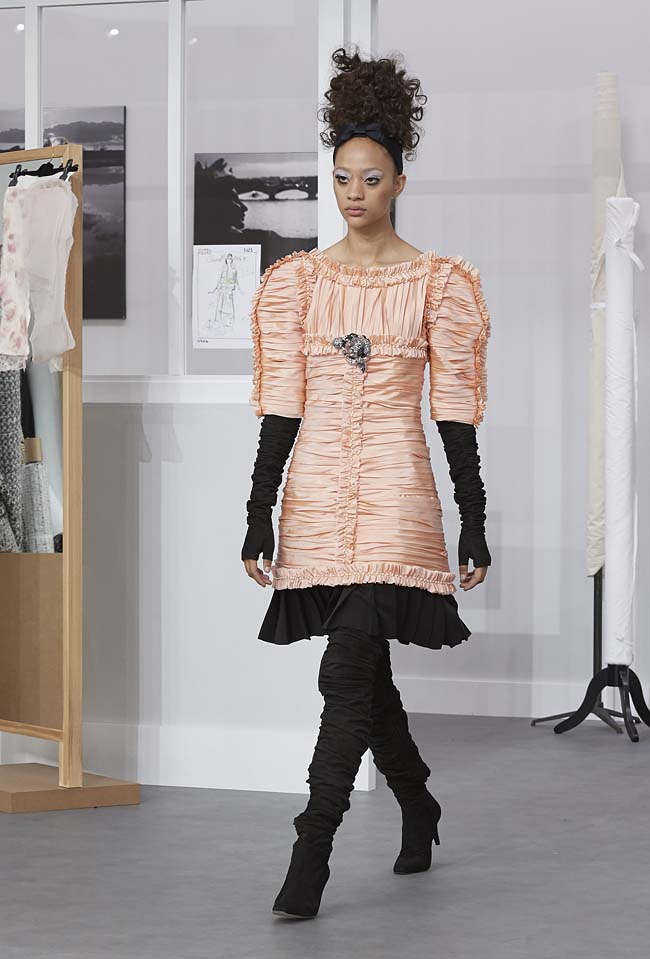 chanel-fall-winter-2016-17-haute-couture-fashion-show-outfit (45)-peach-black-dress