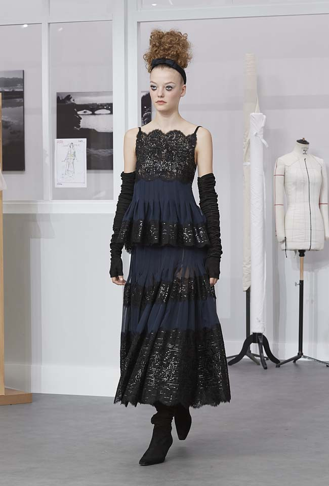 chanel-fall-winter-2016-17-haute-couture-fashion-show-outfit (55)-black-navy-lace-shimmer-dress