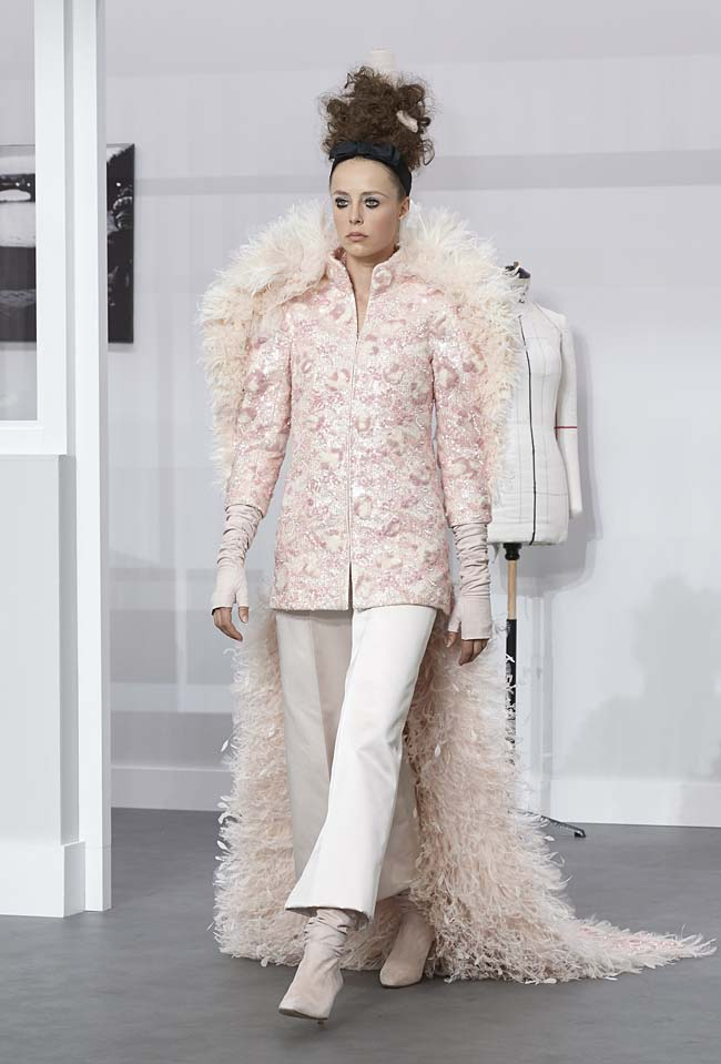 chanel-fall-winter-2016-17-haute-couture-fashion-show-outfit (71)-pink-finale-pants-fur-cape