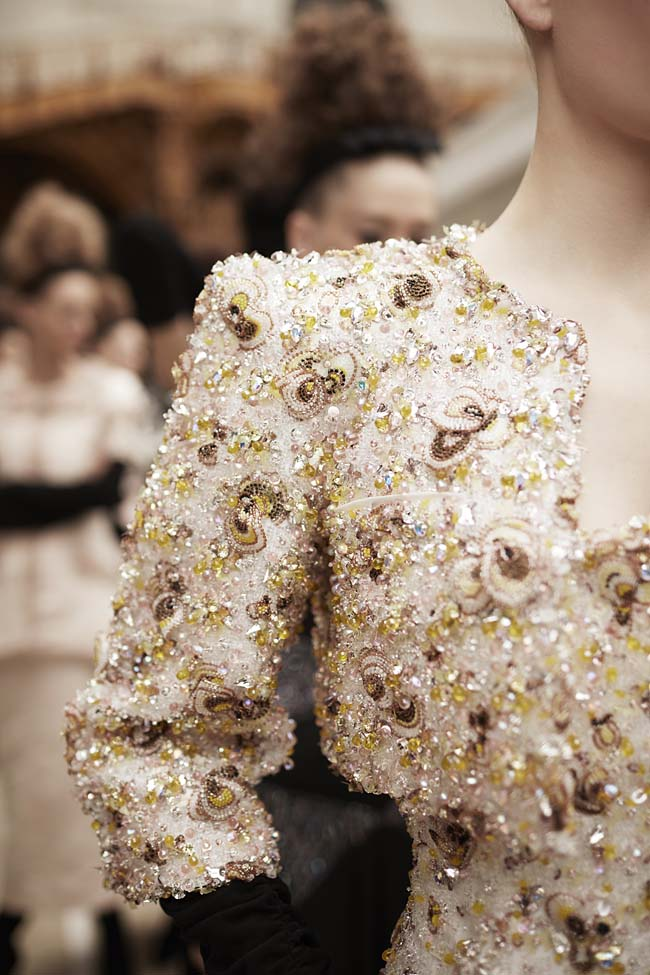 chanel-haute-couture-fall-winter-2016-17-fashion-collection-embroidered-shoulder