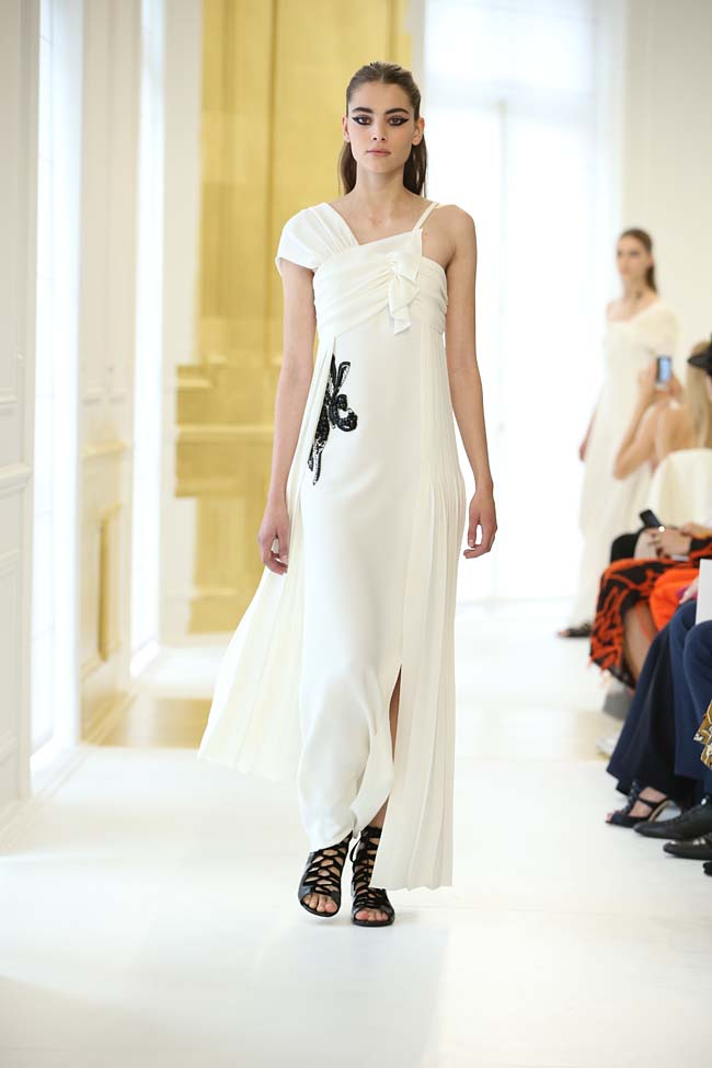 dior-haute-couture-fall-winter-2016-17_AW16-collection-dress (9)-white-asymmetric-gown