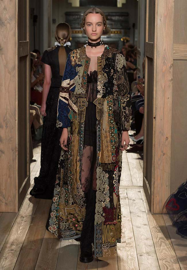 valentino-fall-winter-2016-couture-fashion-show-collection (21)-long-jacket-necpiece-black-printed-bold