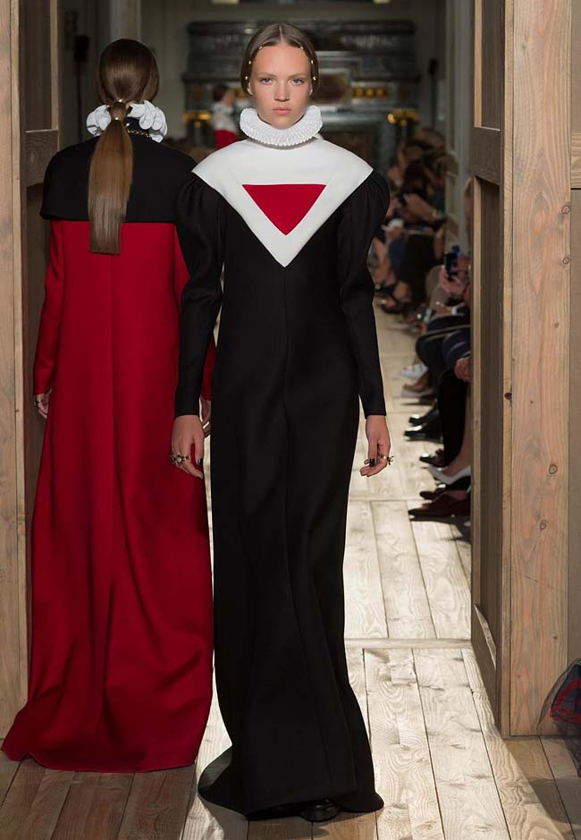 valentino-fall-winter-2016-couture-fashion-show-collection (60)-black-gown-v-neckline-red-band