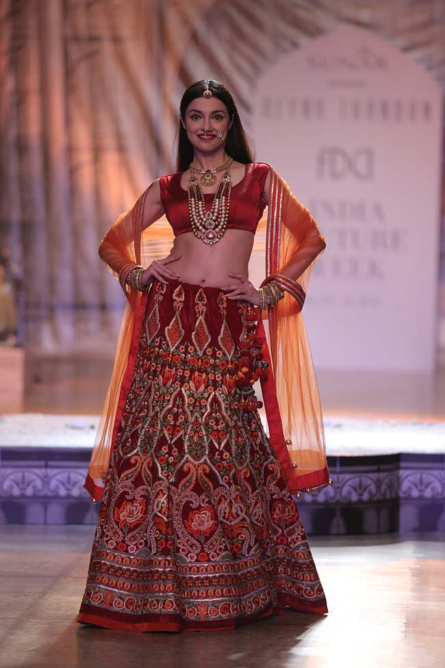 Actress Divya Kumar Khosla as the Showstopper for KAMANGIRI By Reynu Taandon In Association with SUNAR @ India Couture Week 16 (3)