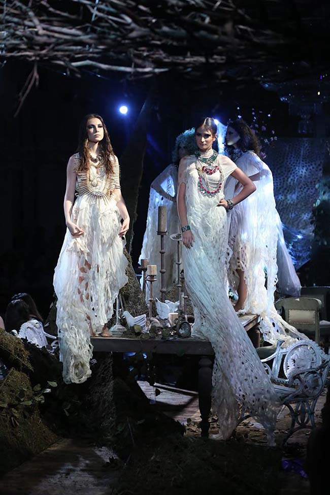 Anamika-Khanna-india-couture-week-2016-collection-dresses (5)-long-gowns-statement-neclaces-white-runway-models