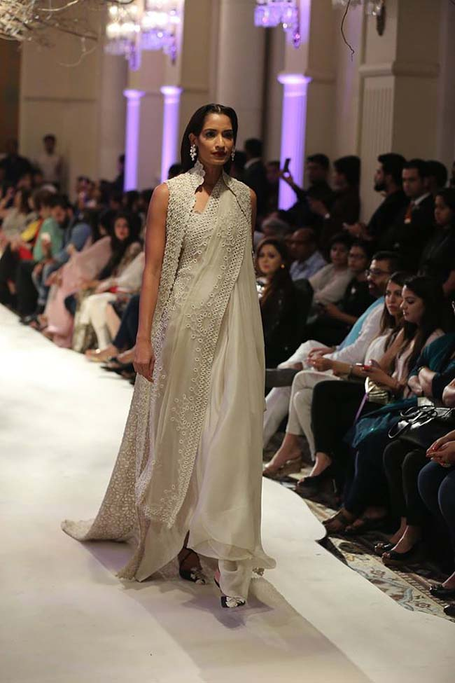 Anamika-Khanna-india-couture-week-2016-collection-dresses (7)-long-floor-length-jacket-white-color-black-pumps