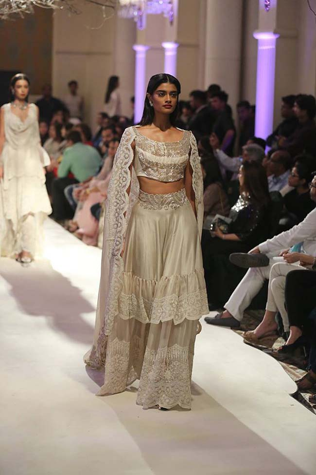 Anamika-Khanna-india-couture-week-2016-collection-dresses (8)-satin-lehenga-sleevless-blouse-boat-neck-dupatta