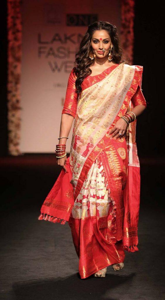 Bipasha-Basu-showstopper-Sanjukta-Dutta-lakme-fashion-week-LFW-winter-festive-2016-bollywood-celebrity